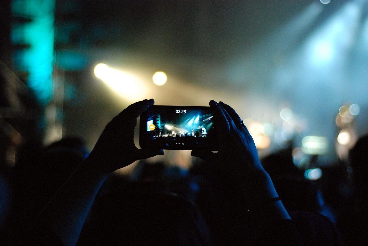 Gente disfrutando en el concierto